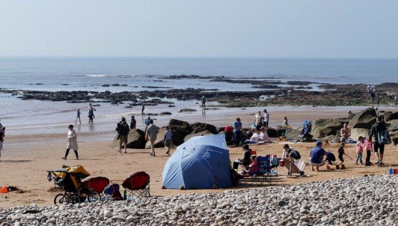 Посетители пляжа в Девоне эвакуированы из-за подозрительных камней