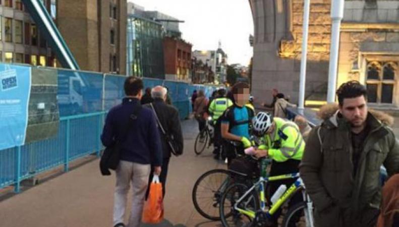 Велосипедисты игнорируют запрет движения по Тауэрскому мосту фото:standard.co.uk