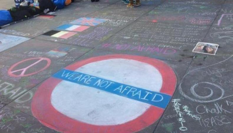Хэштэг #WeAreNotAfraid объединил возмущенных терактом жителей Лондона фото:standard.co.uk