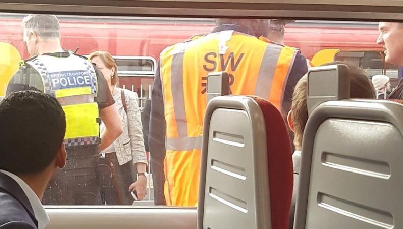 Неизвестный проповедник посеял панику среди пассажиров поезда в Уимблдоне фото:bbc