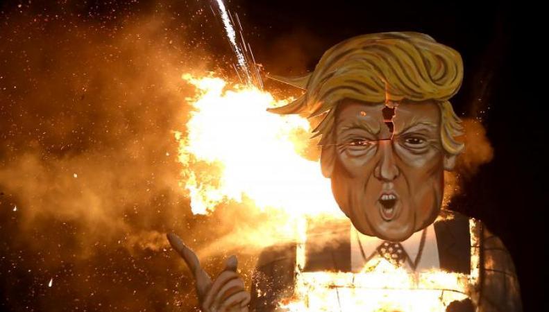 В пригороде Лондона сожгли чучело Трампа фото:reuters