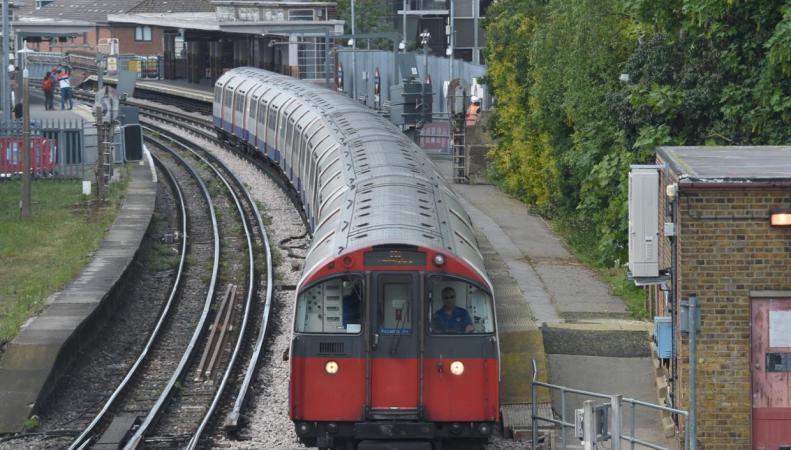 Машинисты лондонского метро дали необычное объяснение опозданиям поездов фото:standard.co.uk
