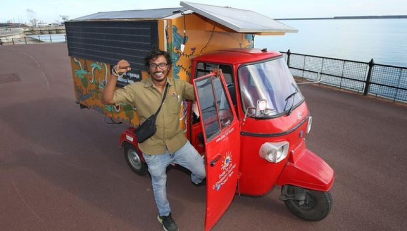 Туктук на солнечной батарее преодолел путь от Индии до Лондона фото:theguardian.com