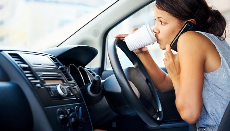 В Великобритании ужесточается наказание за разговоры по телефону за рулем фото:dailymail.co.uk