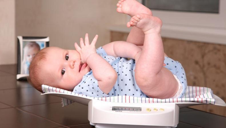 Матери в Великобритании будут сами взвешивать своих новорожденных детей