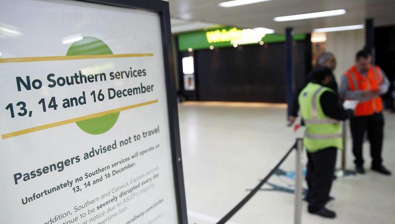 Правительство Терезы Мэй намерено объявить вне закона забастовки железнодорожников фото:independent.co.uk