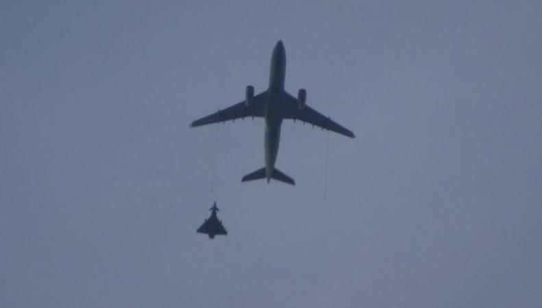 Истребитель RAF сопроводил грузовой самолет до аэропорта Бирмингема фото:independent
