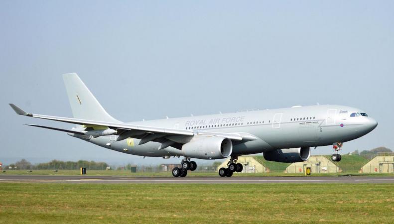 Заправщик королевских ВВС чудом избежал столкновения с американскими истребителями фото:independent
