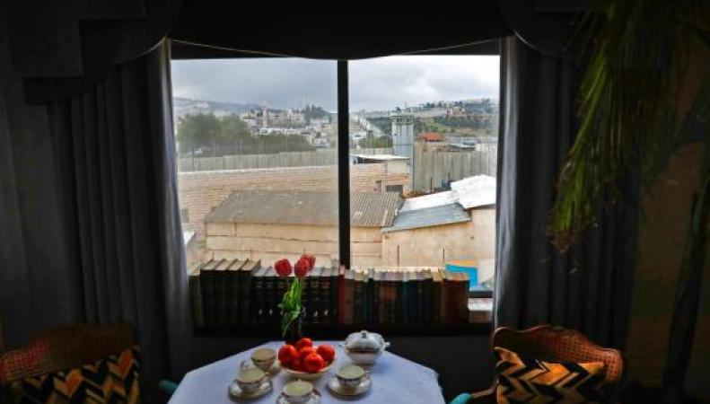 Бэнкси открыл гостиницу в Вифлееме «с худшим в мире видом из окна» фото:standard.co.uk