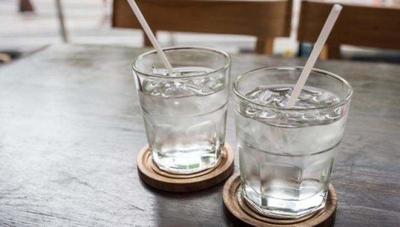 сервировка стола с водой