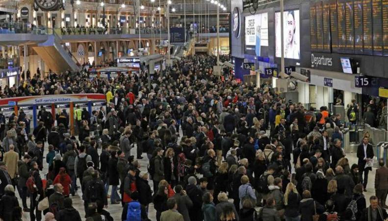 На вокзале Ватерлоо закрыта половина платформ фото:standard