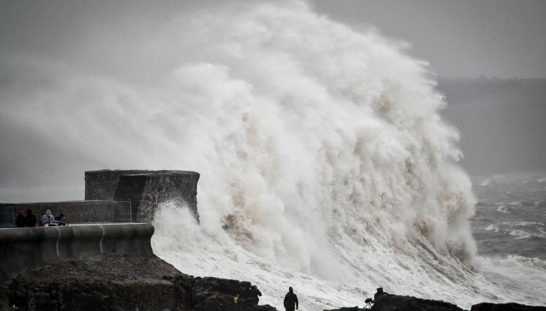 Шторм Ханна засыпал снегом Шотландию и затопил север Англии и Уэльс