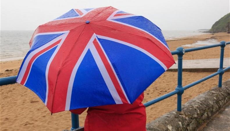 Девушка под зонтом с британским флагом