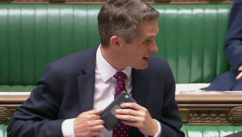 Siri прервала речь министра обороны Англии