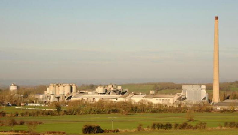 В Уилтшире взорвана 122-метровая заводская труба фото:bbc,com