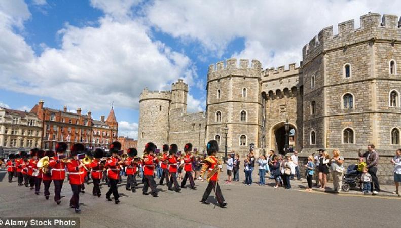 Виндзорский замок изменил расписание церемонии смены гвардейского караула фото:dailymail.co.uk
