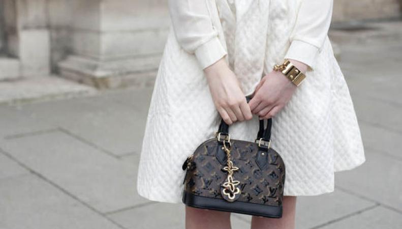 Женщины тратят более £ 6000 на сумки
