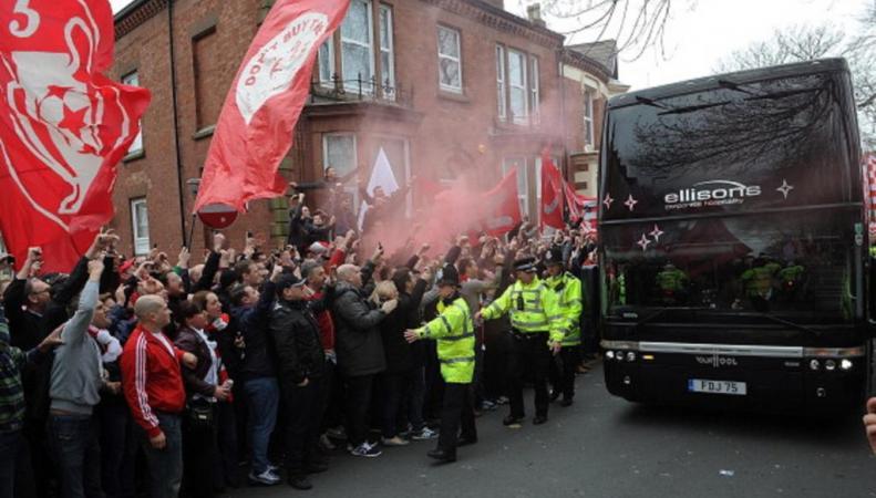 "Фанаты ""Ливерпуля"" забросали камнями автобус фанатом ""Манчестер сити"""