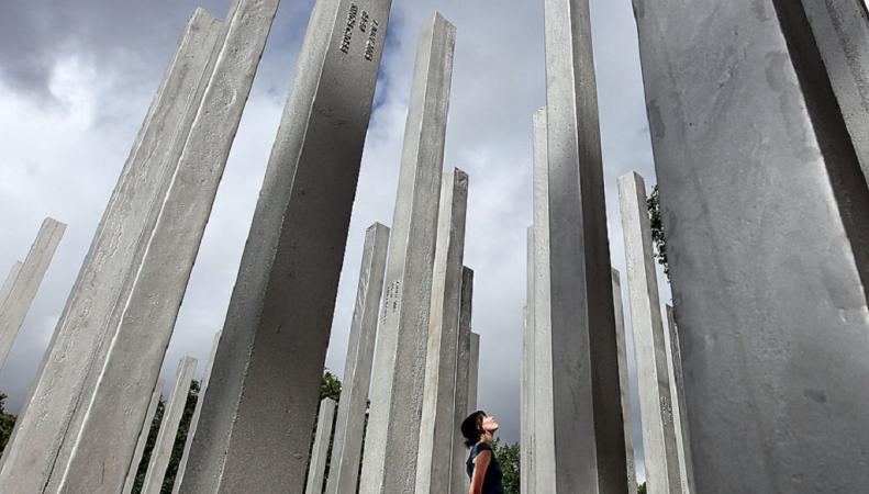Мемориал посвященный жертвам терактов 200 года осквернен неизвестными