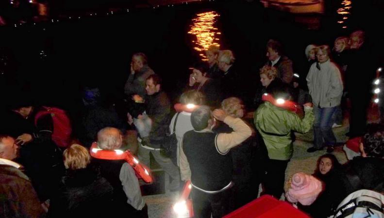 В Нидерландах спасатели эвакуировали пассажиров тонущего лайнера