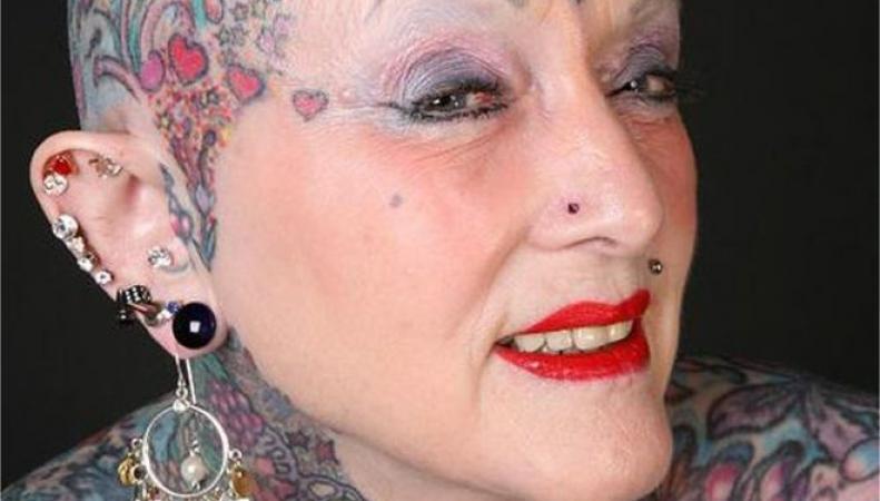 Почти все тело женщины было покрыто татуировками