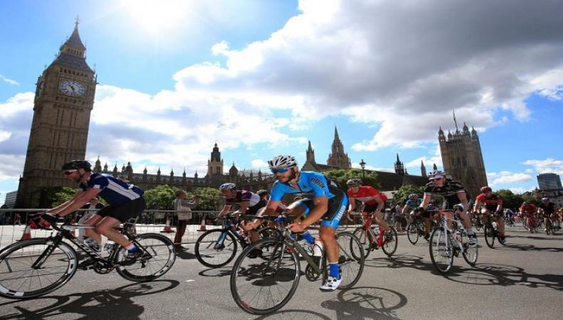 Британские водители призвали ввести номерные знаки для велосипедистов