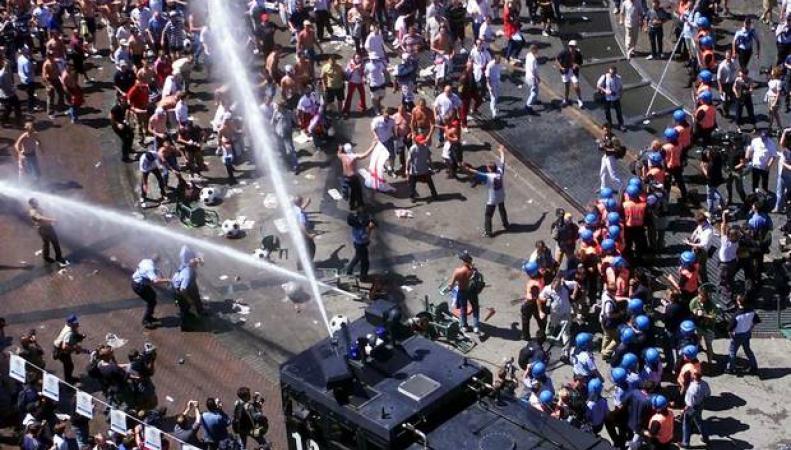 водометы против демонстрантов