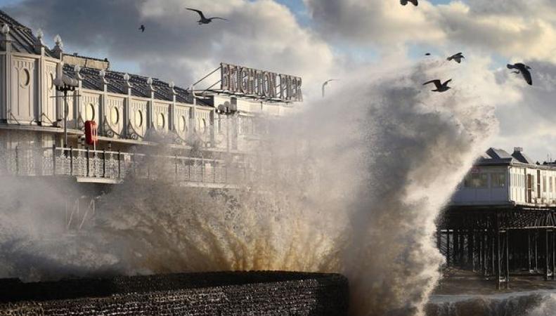 Брайтонский пирс в шторм