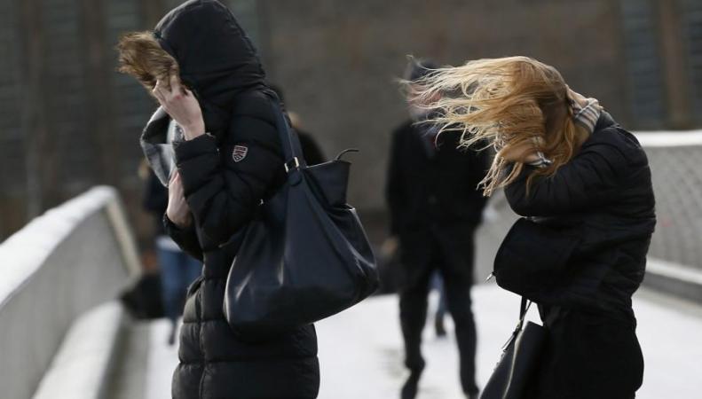 На великобританию обвалился очередной шторм. Скорость ветра доходит 112 км/ч