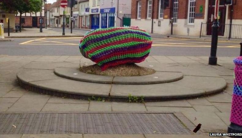 Камень в центре города украсили вязаным чехлом