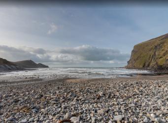 Британца заставили вернуть на место гальку с корнуолльского пляжа