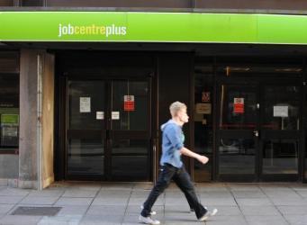 Британское правительство оказалось в финансовой западне при контроле начисления пособий фото:100