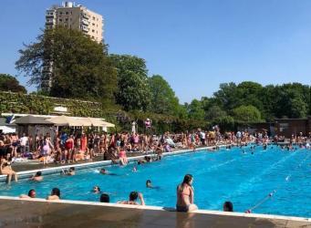 Лондонцы провели нерабочий понедельник в городских лидо и бассейнах