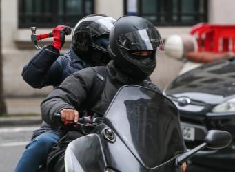 В лондонских бандах грабителей на мопедах задействованы малолетние подростки фото:standard.co.uk