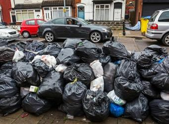 Бирмингем утонул в мусоре из-за забастовки работников коммунальных служб фото: theguardian