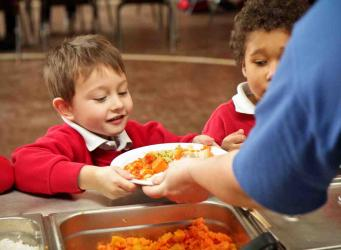 Отмена бесплатных обедов в школах ударит по бюджету миллиона британских семей