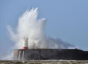 Последствия шторма Дорис в фоторепортаже из городов Великобритании фото:bbc.com